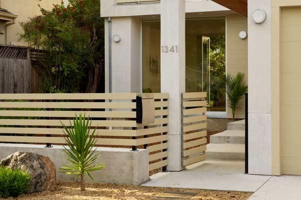 contoh Pagar Rumah minimalis Dengan Material Kayu Sederhana
