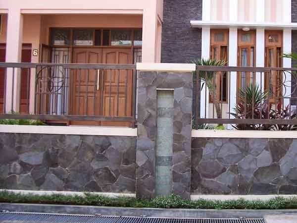 contoh Pagar Rumah minimalis Kombinasi Material Batu Alam dan Besi