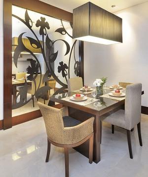 Desain Ruang Makan Minimalis Menggunakan Material Kaca