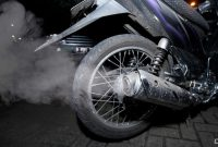 Penyebab Knalpot Mengeluarkan Asap Hitam Saat Dipanasi