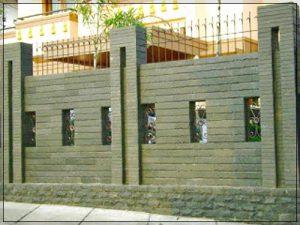 Contoh desain pagar rumah minimalis dengan batu alam menggunakan besi di atasnya